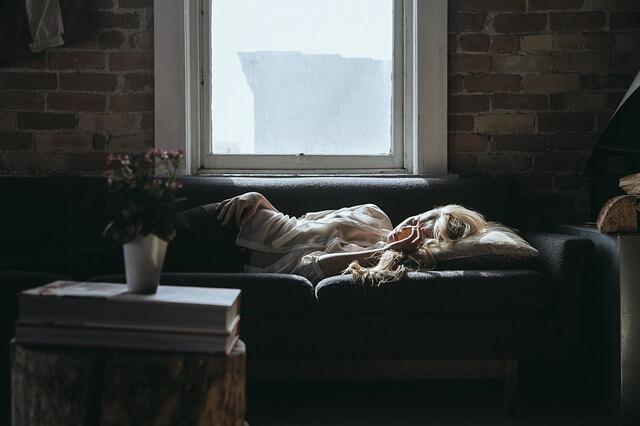 8畳ワンルームのソファ