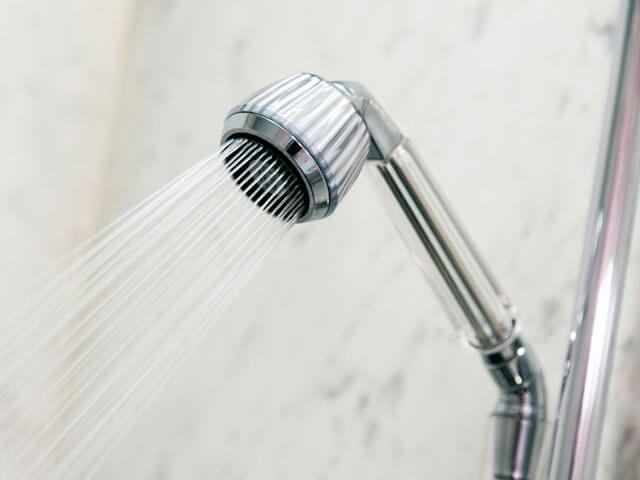 シャワーで洗い流す