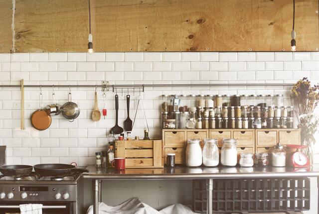 木箱を利用してクールなキッチンに